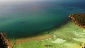 Взгляд изумляя коралловых рифов Живописный взгляд трутня спокойного голубого моря и красивых коралловых рифов около побережья  видеоматериал