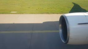 Взгляд из окна самолета двигая в аэропорт Подготовка для взлета видеоматериал