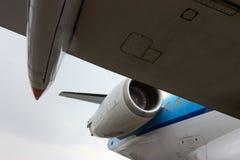 Взгляд из-под крыла большого самолета с реактивным двигателем Стоковое фото RF