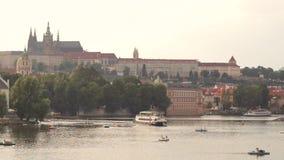 Взгляд иконического реки в вечере - городского пейзажа замка и Влтавы Праги видеоматериал