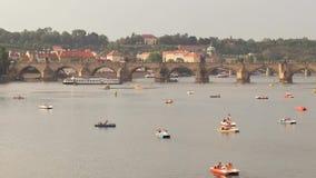 Взгляд иконического реки в вечере - городского пейзажа Карлова моста и Влтавы акции видеоматериалы