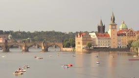 Взгляд иконического реки в вечере - городского пейзажа Карлова моста и Влтавы видеоматериал