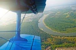 Взгляд иллюминатора самолет-биплана турбовинтового самолета на реке Стоковая Фотография RF