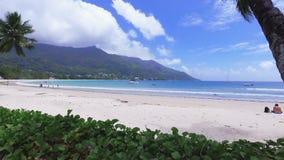 Взгляд Индийского океана и пляжа Vallon щеголя, острова Mahe, Сейшельских островов акции видеоматериалы