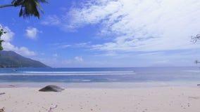 Взгляд Индийского океана и пляжа Vallon щеголя, острова Mahe, Сейшельских островов сток-видео