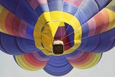 Взгляд использующего горячего воздух воздушного шара от низкого угла Стоковые Фотографии RF