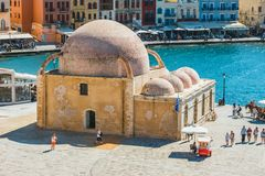 Взгляд исторической мечети в старом порте Chania, Крита, Греции Chania второй по величине c стоковая фотография