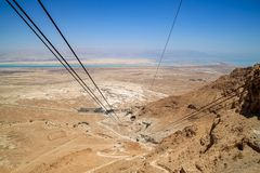 Взгляд кабелей от подъема фуникулера на Masada, Израиль стоковое фото