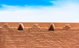 Взгляд каменного фасада здания в San Pedro de Atacama, Чили Скопируйте космос для текста стоковые изображения rf