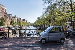 Взгляд канала воды и припаркованного малого und автомобиля bicycles на грехе Стоковая Фотография RF