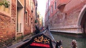 Взгляд канала в Венеции, Италии Гондолы на предпосылке взглядов Венеции сток-видео