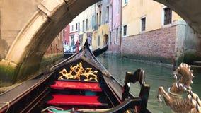 Взгляд канала в Венеции, Италии Gondoliers на гондолах сток-видео