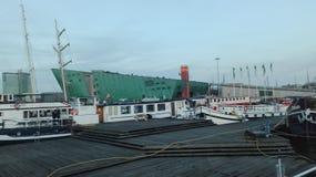 Взгляд каналов Амстердама, Нидерландов Музей Nemo стоковая фотография rf