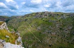 Взгляд каньона с утесами и пещерами Murgia Timone, Matera Sassi, стоковые изображения rf