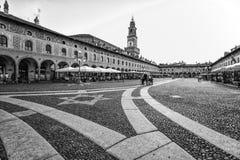 Взгляд квадрата Дукале с башней Bramante в Vigevano, провинции Павии, Италии стоковые фотографии rf