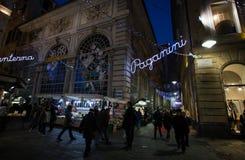Взгляд квадрата Banchi к ноча, в сердце старого города в Генуе, Genova, Италия стоковое изображение rf