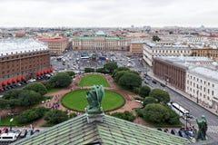 Взгляд квадрата ` s St Исаак, дворец Mariyinsky и центральная часть города от колоннады собора ` s St Исаак Стоковые Изображения