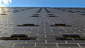 Взгляд кирпичной стены снизу червя вверх с небом стоковые фото