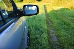 Взгляд конца-вверх автомобиля на предпосылке природы зеленой травы Outdoors отключение на автомобиле Стоковые Изображения RF