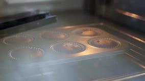 Взгляд конца-вверх блюда выпечки с пирожными шоколада Промежуток времени расти теста, булочки в подносе выпечки сток-видео