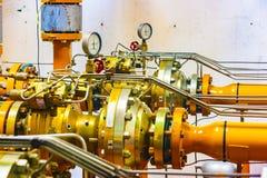 Взгляд конца-вверх главных клапанов станции распределения природного газа стоковое изображение