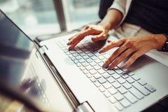 Взгляд конца-вверх женских рук печатая на клавиатуре компьтер-книжки Стоковое Изображение