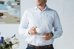 Взгляд конца-вверх кофе бизнесмена выпивая Стоковая Фотография