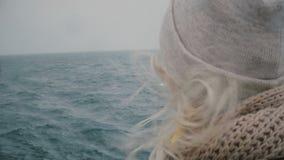 Взгляд конца-вверх молодой белокурой женщины путешествуя на корабле Привлекательный женский смотреть на море и волнах, волосах ра акции видеоматериалы
