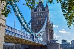 Взгляд конца-вверх моста башни в Лондоне, Англии стоковые изображения rf
