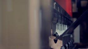 Взгляд конца-вверх на промышленной прессе во время деятельности сток-видео