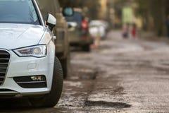 Взгляд конца-вверх нового современного автомобиля припарковал на стороне stre Стоковое Фото