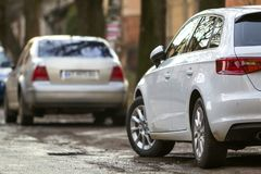 Взгляд конца-вверх нового современного автомобиля припарковал на стороне stre Стоковые Фотографии RF