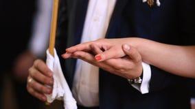 Взгляд конца-вверх пар новобрачных держа руки во время свадебной церемонии видеоматериал