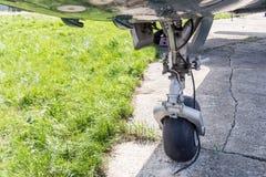 Взгляд конца-вверх переднего посадочного устройства самолета воздуха Носка и замена покрышки воздушных судн Maintenace и обслужив стоковая фотография