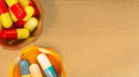 Взгляд конца-вверх пилюлек и бутылок лекарства Стоковая Фотография RF
