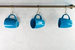 взгляд конца-вверх пустой голубой висеть чашек Стоковое фото RF