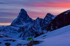 Взгляд конца-вверх сценарный на снежном пике Маттерхорна в ночи, пике Маттерхорна, Zermatt, Швейцарии a очаровывая морозную звезд стоковые изображения