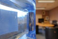 Взгляд конца-вверх типично введенной в моду бутылки воды распределяя увиденной в классе Стоковое фото RF