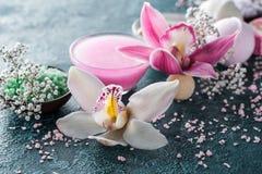 взгляд конца-вверх цветков красивых орхидей небольших белых и соли моря стоковое фото rf