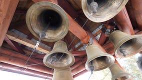 Взгляд конца-вверх церковных колоколов металла правоверных Нижний взгляд церковных колоколов стоковое изображение