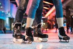 взгляд конца-вверх частично молодых пар в катании на коньках коньков стоковое изображение rf