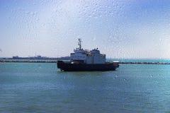 Взгляд корабля на море через влажное стекло, ненастную погоду Стоковое фото RF
