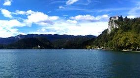 Взгляд красивого неба, больших зеленых гор и голубого неба Стоковые Изображения RF