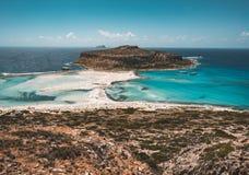 Взгляд красивого пляжа в острове лагуны, и Gramvousa Balos на Крите, Греции Солнечный день, голубое небо с облаками стоковая фотография rf