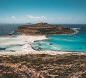 Взгляд красивого пляжа в острове лагуны, и Gramvousa Balos на Крите, Греции Солнечный день, голубое небо с облаками стоковая фотография