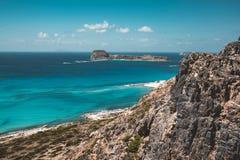 Взгляд красивого пляжа в острове лагуны, и Gramvousa Balos на Крите, Греции Солнечный день, голубое небо с облаками стоковые фотографии rf