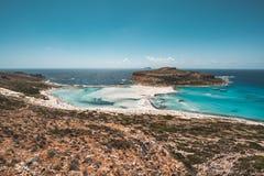 Взгляд красивого пляжа в острове лагуны, и Gramvousa Balos на Крите, Греции Солнечный день, голубое небо с облаками стоковые изображения