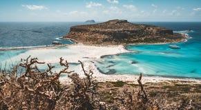 Взгляд красивого пляжа в острове лагуны, и Gramvousa Balos на Крите, Греции Солнечный день, голубое небо с облаками стоковое изображение