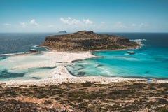 Взгляд красивого пляжа в острове лагуны, и Gramvousa Balos на Крите, Греции Солнечный день, голубое небо с облаками стоковые изображения rf