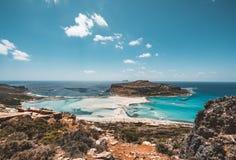 Взгляд красивого пляжа в острове лагуны, и Gramvousa Balos на Крите, Греции Солнечный день, голубое небо с облаками стоковое изображение rf